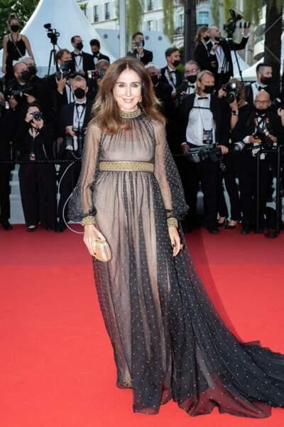 """Elsa Zylberstein a elle choisi un look scintillant signé Dior pour la montée des marches du film """"Annette"""" lors de la cérémonie d'ouverture du 74ème Festival International du Film de Cannes, le 6 juillet 2021"""
