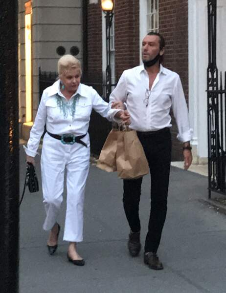 Ivana Trump promène son chien au bras de son playboy italien Rossano Rubicondi, dans les rues de New York, le 4 juillet 2021.