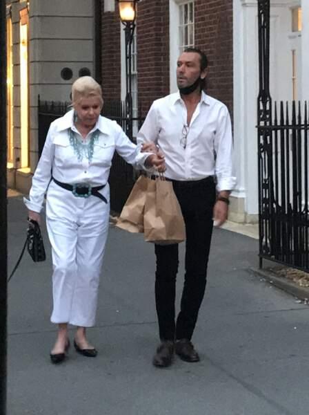 Ivana Trump au bras de son playboy italien Rossano Rubicondi, dont elle semble à nouveau proche, dans les rues de New York, le 4 juillet 2021.