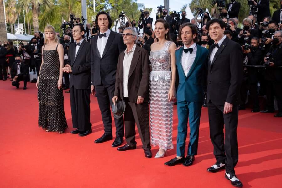 """Comme Marion Cotillard, Angèle (à gauche sur la photo) a choisi de porter une longue robe noire Chanel pour la montée des marches du film """"Annette"""" lors de la cérémonie d'ouverture du 74ème Festival International du Film de Cannes, le 6 juillet 2021"""