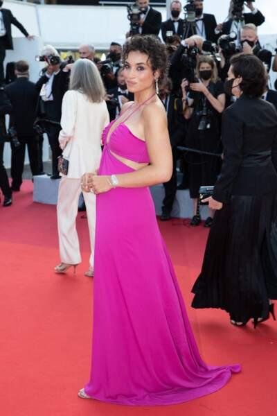 """Camélia Jordana portait une robe fuschia Valentino pour la montée des marches du film """"Annette"""" lors de la cérémonie d'ouverture du 74ème Festival International du Film de Cannes, le 6 juillet 2021"""