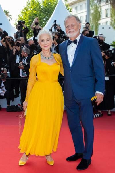 """Helen Mirren a porté une robe évasée Dolce & Gabanna pour la montée des marches du film """"Annette"""" lors de la cérémonie d'ouverture du 74ème Festival International du Film de Cannes, le 6 juillet 2021"""