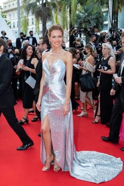 """Amandine Petit, Miss France 2021, pour la montée des marches du film """"Annette"""" lors de la cérémonie d'ouverture du 74ème Festival International du Film de Cannes, le 6 juillet 2021"""