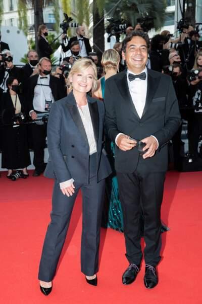 """Anne-Élisabeth Lemoine et Patrick Cohen ont fait le show pour la montée des marches du film """"Annette"""" lors de la cérémonie d'ouverture du 74ème Festival International du Film de Cannes, le 6 juillet 2021"""