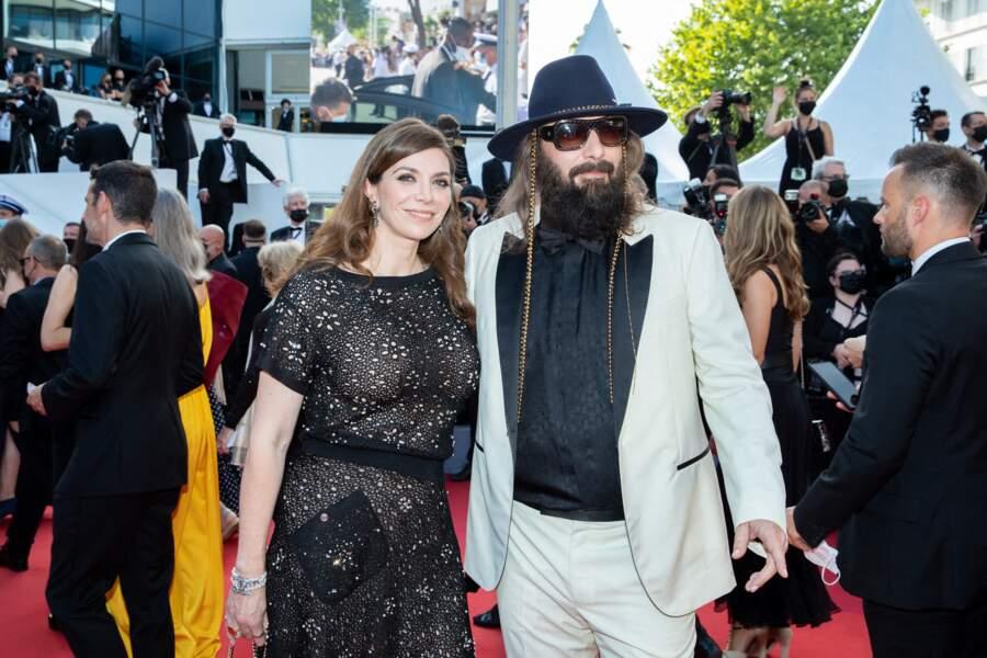 """Sébastien Tellier et sa femme Amandine Martinon montent les marches pour le film """"Annette"""" lors de la cérémonie d'ouverture du 74ème Festival International du Film de Cannes, le 6 juillet 2021"""