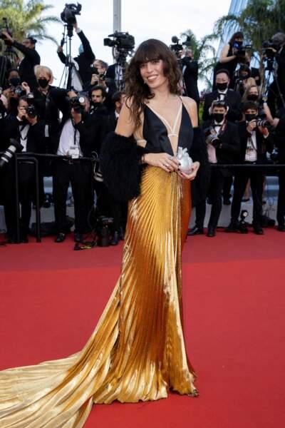 """Lou Doillon a misé sur une robe noire et dorée Gucci pour la montée des marches du film """"Annette"""" lors de la cérémonie d'ouverture du 74ème Festival International du Film de Cannes, le 6 juillet 2021"""