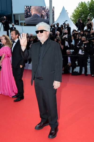 """Pedro Almodovar en costume noir pour la montée des marches du film """"Annette"""" lors de la cérémonie d'ouverture du 74ème Festival International du Film de Cannes, le 6 juillet 2021"""