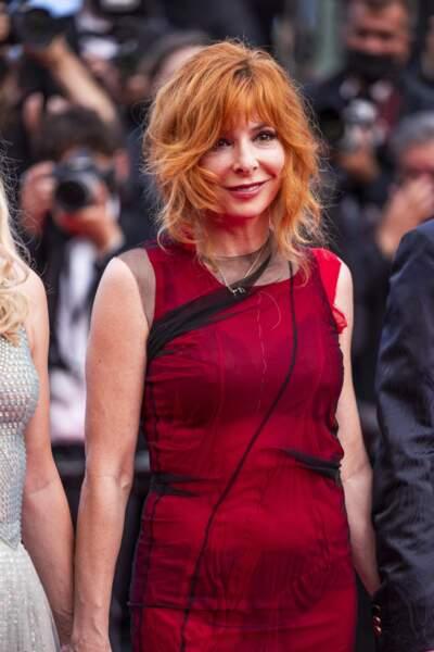 """Mylène Farmer a fait honneur à sa couleur favorite en portant une robe de Maison Margiela pour la montée des marches du film """"Annette"""" lors de la cérémonie d'ouverture du 74ème Festival International du Film de Cannes, le 6 juillet 2021"""
