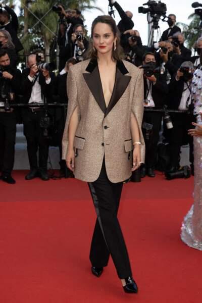 """Noémie Merlant a porté un costume Louis Vuitton pour la montée des marches du film """"Annette"""" lors de la cérémonie d'ouverture du 74ème Festival International du Film de Cannes, le 6 juillet 2021"""