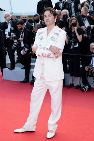 """Nicolas Maury a opté pour un costume très chic de chez Lanvin pour la montée des marches du film """"Annette"""" lors de la cérémonie d'ouverture du 74ème Festival International du Film de Cannes, le 6 juillet 2021"""