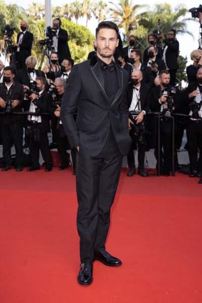 """Baptiste Giabiconi a fait honneur à la maison Dior durant la montée des marches du film """"Annette"""" lors de la cérémonie d'ouverture du 74ème Festival International du Film de Cannes, le 6 juillet 2021"""