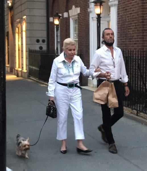 Ivana Trump promène son chien au bras de son compagnon par intermittence Rossano Rubicondi, dans les rues de New York, le 4 juillet 2021.