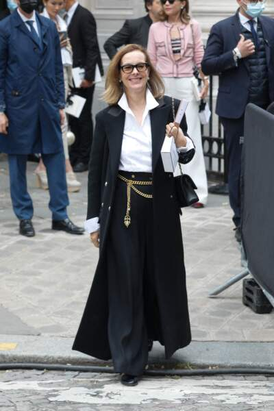 Carole Bouquet souriante et élégante au défilé Chanel Haute Couture au musée Galliera à Paris, le 6 juillet 2021.