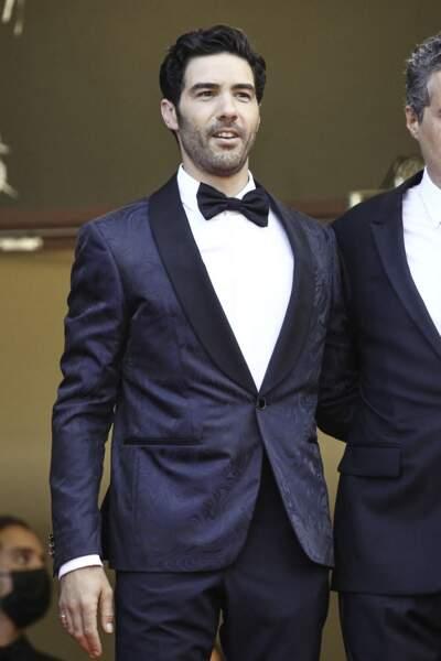 """Tahar Rahim très chic en costume Louis Vuitton pour la montée des marches du film """"Annette"""" lors de la cérémonie d'ouverture du 74ème Festival International du Film de Cannes, le 6 juillet 2021"""