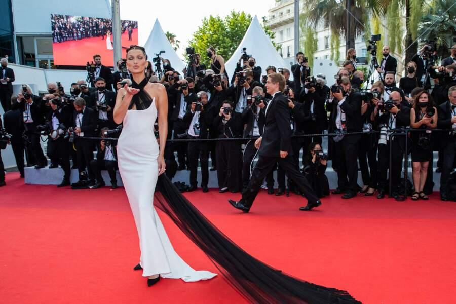 Bella Hadid ravissante en robe Jean Paul Gaultier lors de la cérémonie d'ouverture du 74ème Festival International du Film de Cannes, le 6 juillet 2021