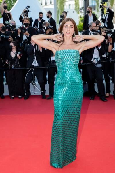 Pour la cérémonie d'ouverture du 74ème Festival International du Film de Cannes, le 6 juillet 2021, Elisa Sednaoui a choisi de porter une robe sirène de la marque Alberta Ferretti