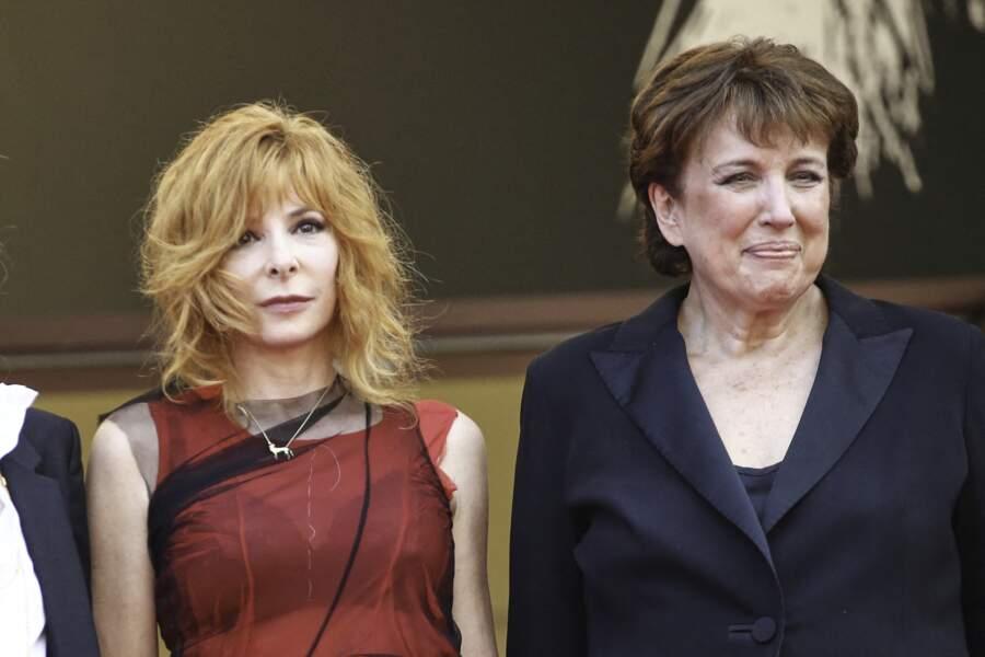 """Mylène Farmer a pris la pose au côté de Roselyne Bachelot à l'occasion de la montée des marches du film """"Annette"""" lors de la cérémonie d'ouverture du 74ème Festival International du Film de Cannes, le 6 juillet 2021"""