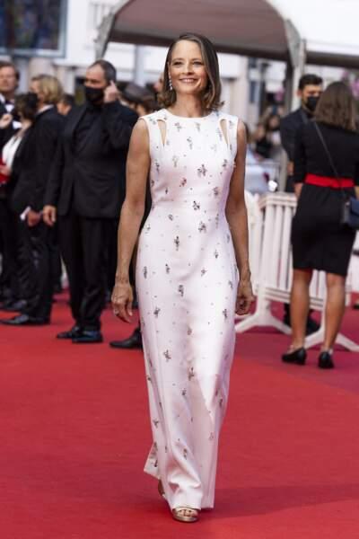 """Jodie Foster était divine dans sa robe à motifs Givenchy Haute Couture pour la montée des marches du film """"Annette"""" lors de la cérémonie d'ouverture du 74ème Festival International du Film de Cannes, le 6 juillet 2021"""