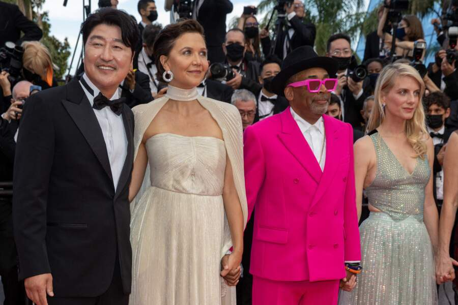 """Spike Lee a misé sur un costume rose très pop signé Louis Vuitton pour la montée des marches du film """"Annette"""" lors de la cérémonie d'ouverture du 74ème Festival International du Film de Cannes, le 6 juillet 2021"""