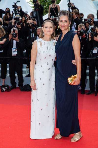"""Jodie Foster et sa femme Alexandra Hedison pour la montée des marches du film """"Annette"""" lors de la cérémonie d'ouverture du 74ème Festival International du Film de Cannes, le 6 juillet 2021"""
