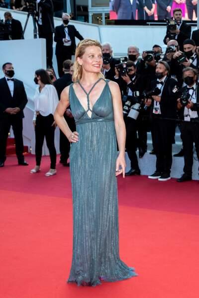 """Mélanie Thierry était ravissante dans une robe longue turquoise Dior pour la montée des marches du film """"Annette"""" lors de la cérémonie d'ouverture du 74ème Festival International du Film de Cannes, le 6 juillet 2021"""