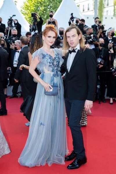 """Agatha Maksimova et Christophe Guillarmé posent lors de la montée des marches du film """"Annette"""" lors de la cérémonie d'ouverture du 74ème Festival International du Film de Cannes, le 6 juillet 2021"""