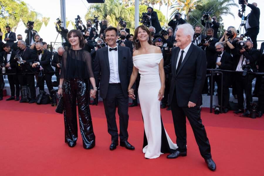 """Sophie Marceau a attiré tous les regards grâce à sa somptueuse robe Valentino Couture pour la montée des marches du film """"Tout s'est bien passé"""" lors du 74ème Festival International du Film de Cannes, le 7 juillet 2021"""