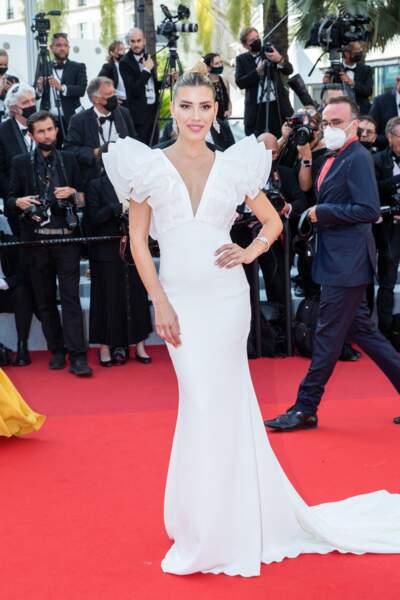 """Michelle Salas angélique dans une robe sirène immaculée pour la montée des marches du film """"Tout s'est bien passé"""" lors du 74ème Festival International du Film de Cannes, le 7 juillet 2021"""