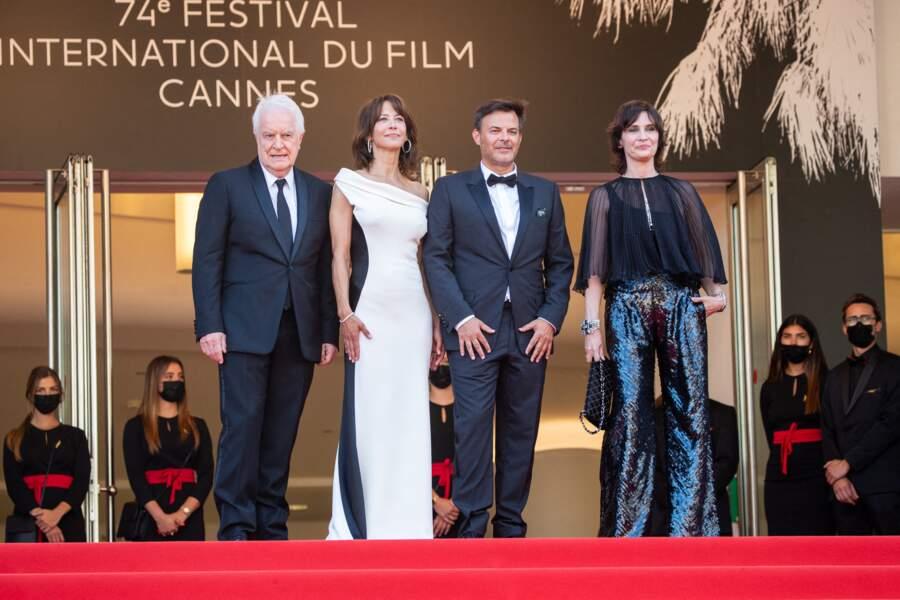 """De son côté, Géraldine Pailhas a souhaité rendre honneur à la maison Chanel, en blouse transparente et pantalon évasé, pour la montée des marches du film """"Tout s'est bien passé"""" lors du 74ème Festival International du Film de Cannes, le 7 juillet 2021"""