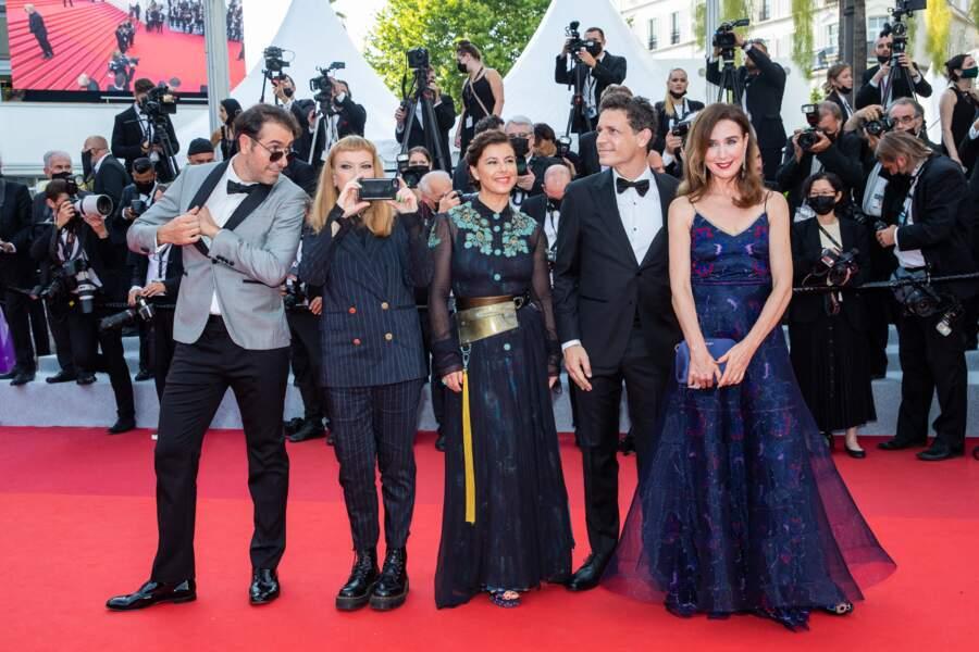 """Michael Angelo Covino, Andrea Arnold, Mounia Meddour, Daniel Burman, et Elsa Zylberstein, pour la montée des marches du film """"Tout s'est bien passé"""" lors du 74ème Festival International du Film de Cannes, le 7 juillet 2021"""