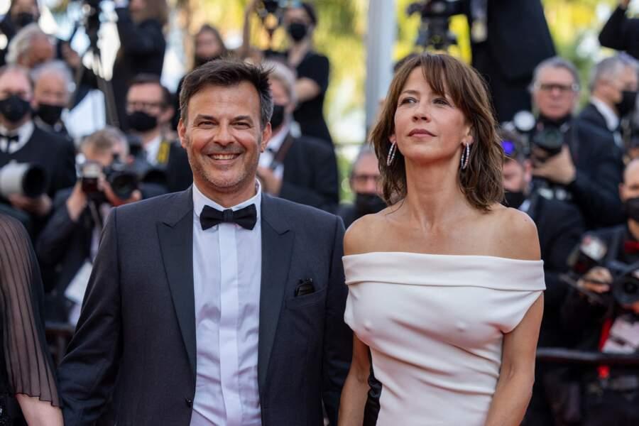 """Sophie Marceau divine au côté du réalisateur François Ozon, pour la montée des marches du film """"Tout s'est bien passé"""" lors du 74ème Festival International du Film de Cannes, le 7 juillet 2021"""