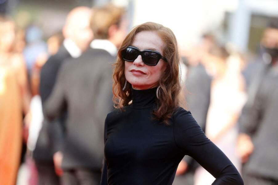 """Isabelle Huppert a arboré des lunettes noires Balenciaga, assorties à sa tenue, pour la montée des marches du film """"Tout s'est bien passé"""" lors du 74ème Festival International du Film de Cannes, le 7 juillet 2021"""