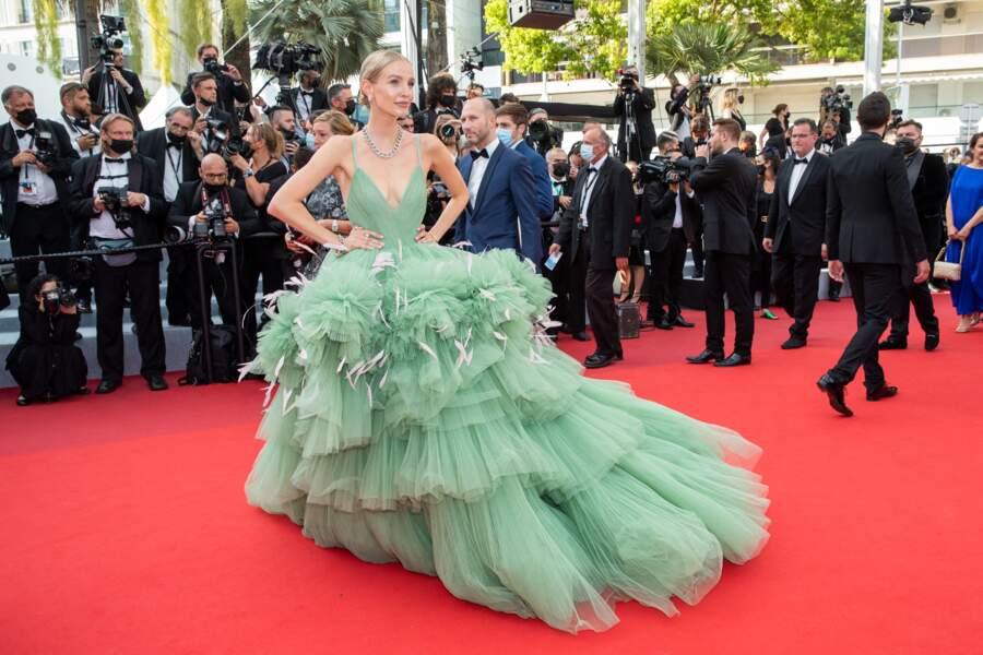 """Afin d'accessoiriser sa robe bouffante, Leonie Hanne a porté des bijoux Pomellato pour la montée des marches du film """"Tout s'est bien passé"""" lors du 74ème Festival International du Film de Cannes, le 7 juillet 2021"""