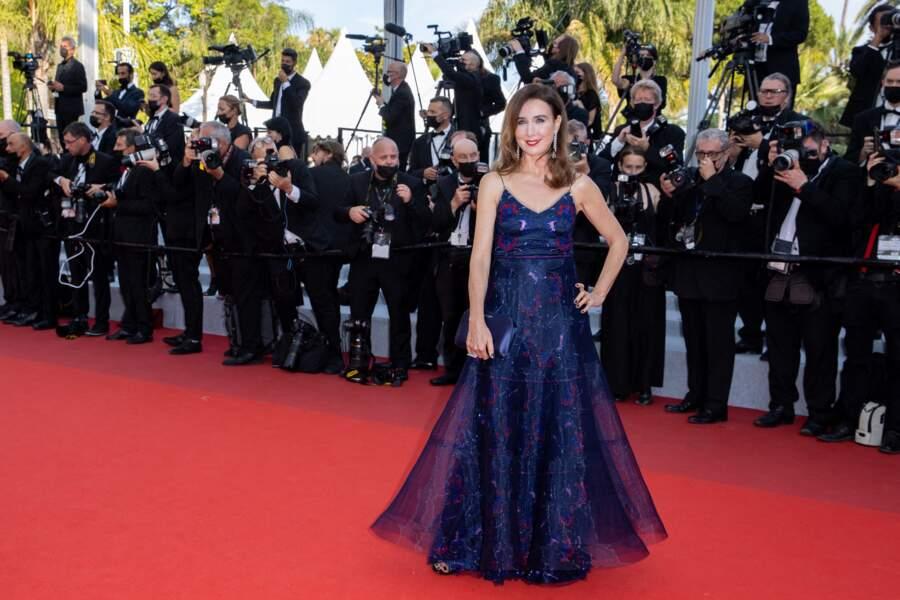 """Elsa Zylberstein chicissime pour la montée des marches du film """"Tout s'est bien passé"""" lors du 74ème Festival International du Film de Cannes, le 7 juillet 2021"""