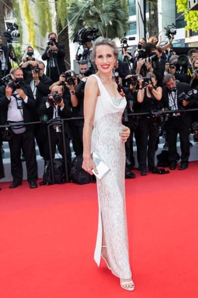 """Andie MacDowell scintillante en robe Atelier Versace pour la montée des marches du film """"Tout s'est bien passé"""" lors du 74ème Festival International du Film de Cannes, le 7 juillet 2021"""