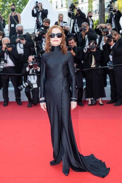 """Isabelle Huppert a elle choisi d'arborer une longue robe noire de chez Balenciaga, pour la montée des marches du film """"Tout s'est bien passé"""" lors du 74ème Festival International du Film de Cannes, le 7 juillet 2021"""