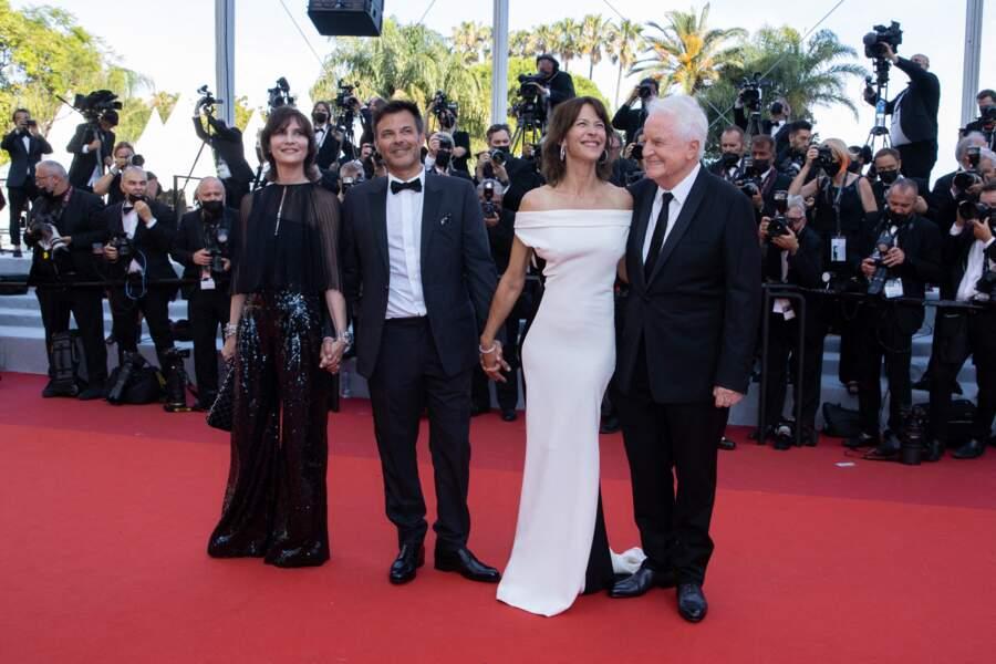 """Sophie Marceau divine au côté de Géraldine Pailhas, François Ozon et  André Dussollier, pour la montée des marches du film """"Tout s'est bien passé"""" lors du 74ème Festival International du Film de Cannes, le 7 juillet 2021"""