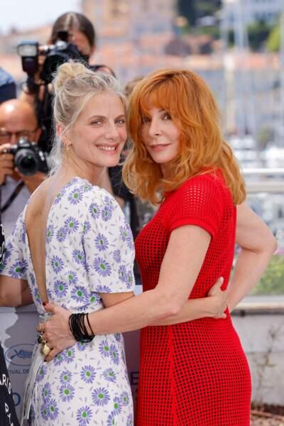 Au côté de Mélanie Laurent, Mylène Farmer a pris la pose sublime dans sa robe en maille rouge LHD lors du photocall du jury officiel du 74ème festival international du film de Cannes, le 6 juillet 2021