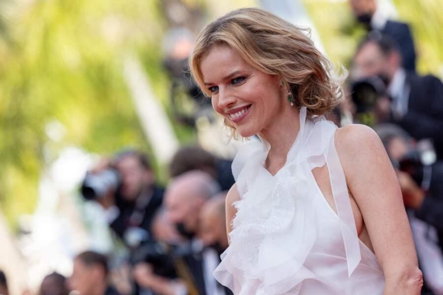 """Eva Herzigova a fait appel à Dior pour sa mise en beauté pour la montée des marches du film """"Tout s'est bien passé"""" lors du 74ème Festival International du Film de Cannes, le 7 juillet 2021"""