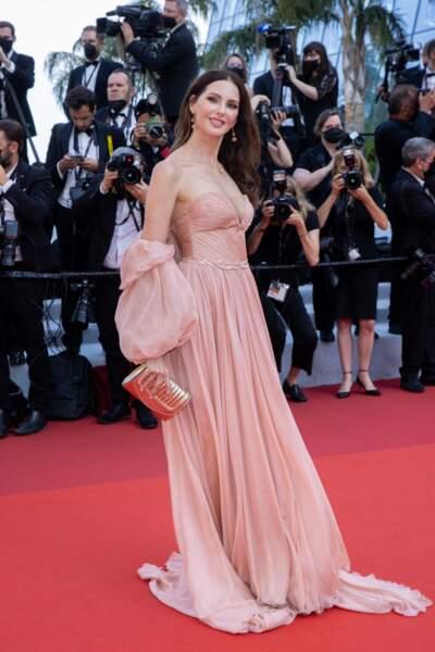 """Frédérique Bel a porté une robe bustier saumon, signée Yanina Couture, pour la montée des marches du film """"Tout s'est bien passé"""" lors du 74ème Festival International du Film de Cannes, le 7 juillet 2021"""