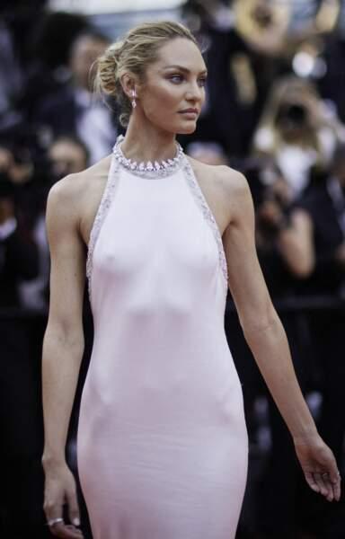"""Candice Swanepoel divine dans une robe sirène Etro pour la montée des marches du film """"Tout s'est bien passé"""" lors du 74ème Festival International du Film de Cannes, le 7 juillet 2021"""