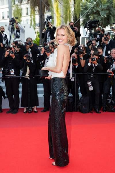 """Si elle n'a pas misé sur une robe, Eva Herzigova n'en était pas moins glamour avec son dos-nu choisi pour monter les marches du film """"Tout s'est bien passé"""" lors du 74ème Festival International du Film de Cannes, le 7 juillet 2021"""