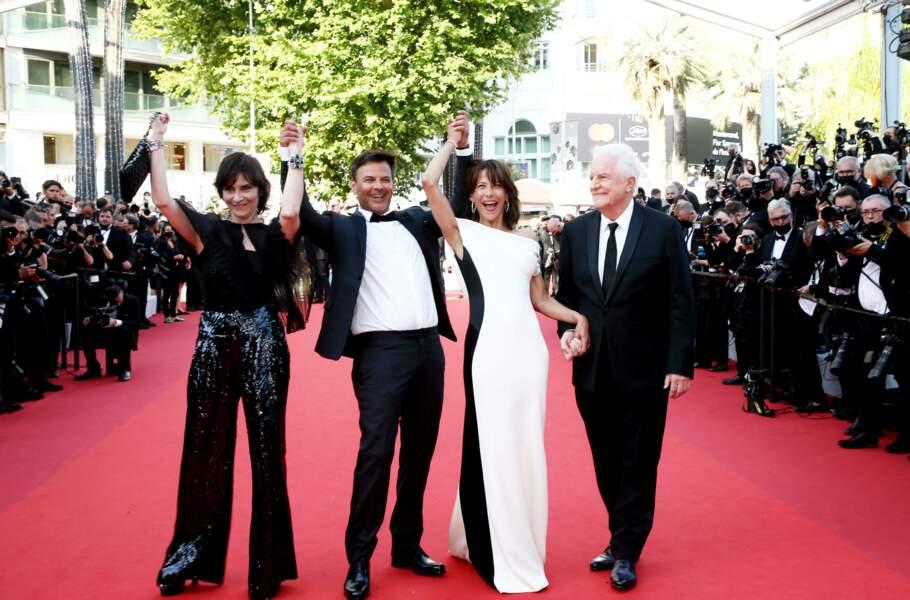 """Sophie Marceau sculpturale dans sa robe Valentino Couture au moment de monter les marches du film """"Tout s'est bien passé"""" lors du 74ème Festival International du Film de Cannes, le 7 juillet 2021"""
