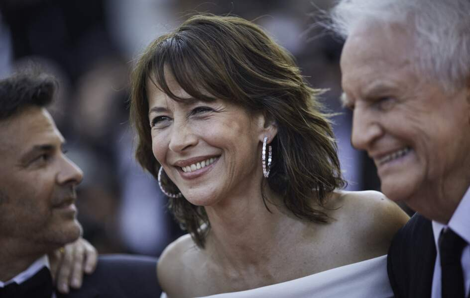 """Sophie Marceau rayonnante sur le tapis rouge pour la montée des marches du film """"Tout s'est bien passé"""" lors du 74ème Festival International du Film de Cannes, le 7 juillet 2021"""