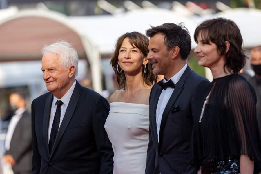 """André Dussollier, Sophie Marceau, François Ozon et Géraldine Pailhas pour la montée des marches du film """"Tout s'est bien passé"""" lors du 74ème Festival International du Film de Cannes, le 7 juillet 2021"""