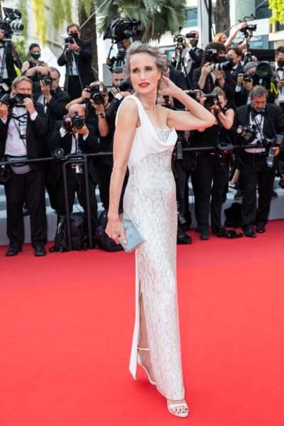 """Andie MacDowell a elle aussi misé sur un look chic et glamour, dans une robe Atelier Versace, pour la montée des marches du film """"Tout s'est bien passé"""" lors du 74ème Festival International du Film de Cannes, le 7 juillet 2021"""