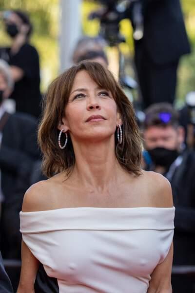 """Sophie Marceau a accessoirisé sa tenue avec des boucles d'oreilles Chopard lors de la montée des marches du film """"Tout s'est bien passé"""" lors du 74ème Festival International du Film de Cannes, le 7 juillet 2021"""