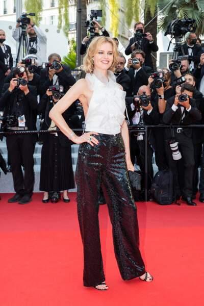 """Eva Herzigova a porté un haut dos nu, associé à un pantalon pailleté de la collection automne-hiver 2021 Alberta Ferretti, pour la montée des marches du film """"Tout s'est bien passé"""" lors du 74ème Festival International du Film de Cannes le 7 juillet 2021"""