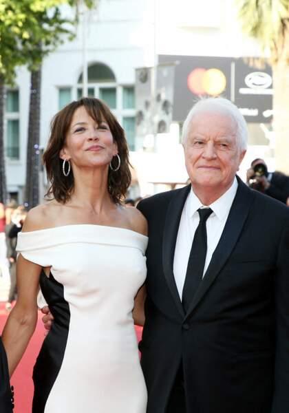 """Tout sourire au côté d'André Dussollier, Sophie Marceau a savouré son retour sur la Croisette pour la montée des marches du film """"Tout s'est bien passé"""" lors du 74ème Festival International du Film de Cannes, le 7 juillet 2021"""