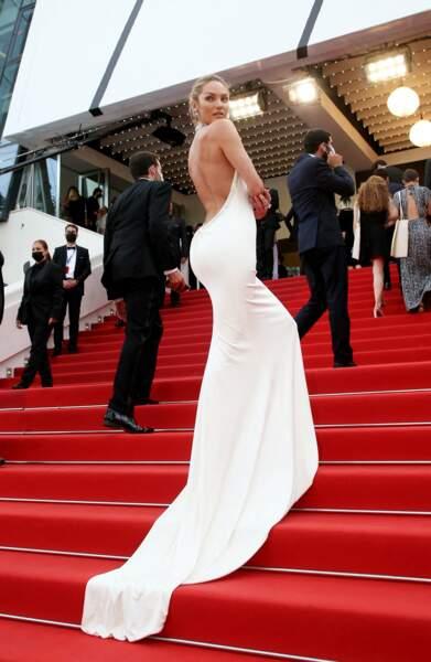 """Candice Swanepoel a attiré tous les regards pour la montée des marches du film """"Tout s'est bien passé"""" lors du 74ème Festival International du Film de Cannes, le 7 juillet 2021"""